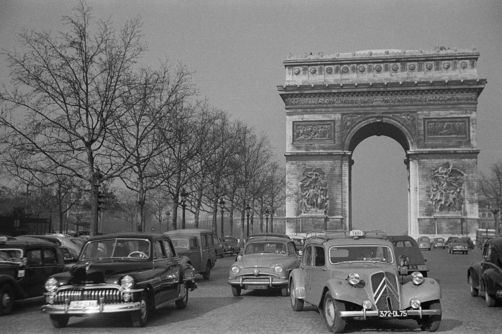 Citroen Traction Avant auf der Pariser Avenue des Champs Elysees 1955