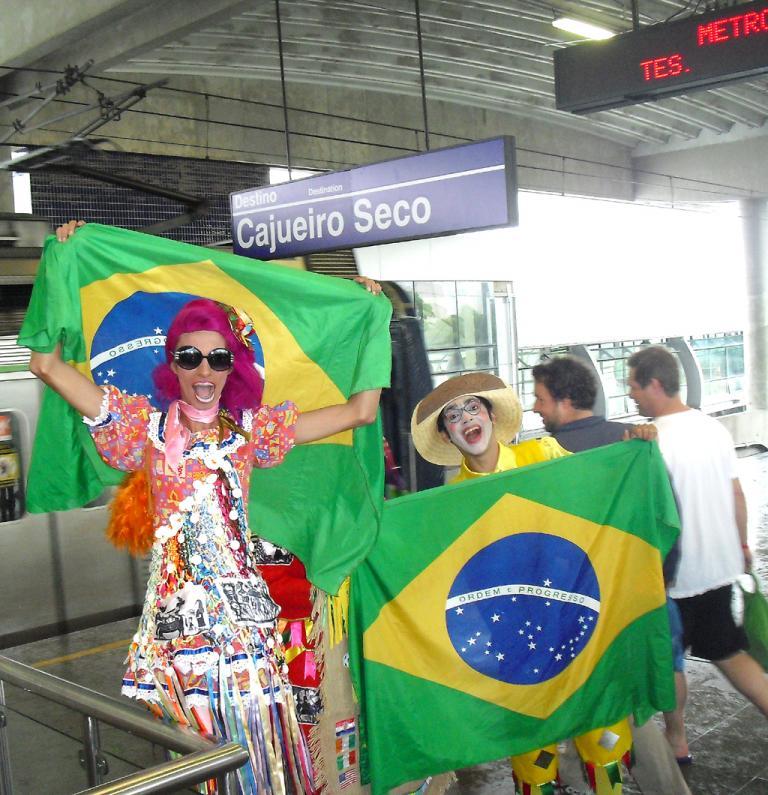 Da jubeln selbst die Brasilianer noch: Verkleidete Fans auf einem Bahnsteig in Recife.