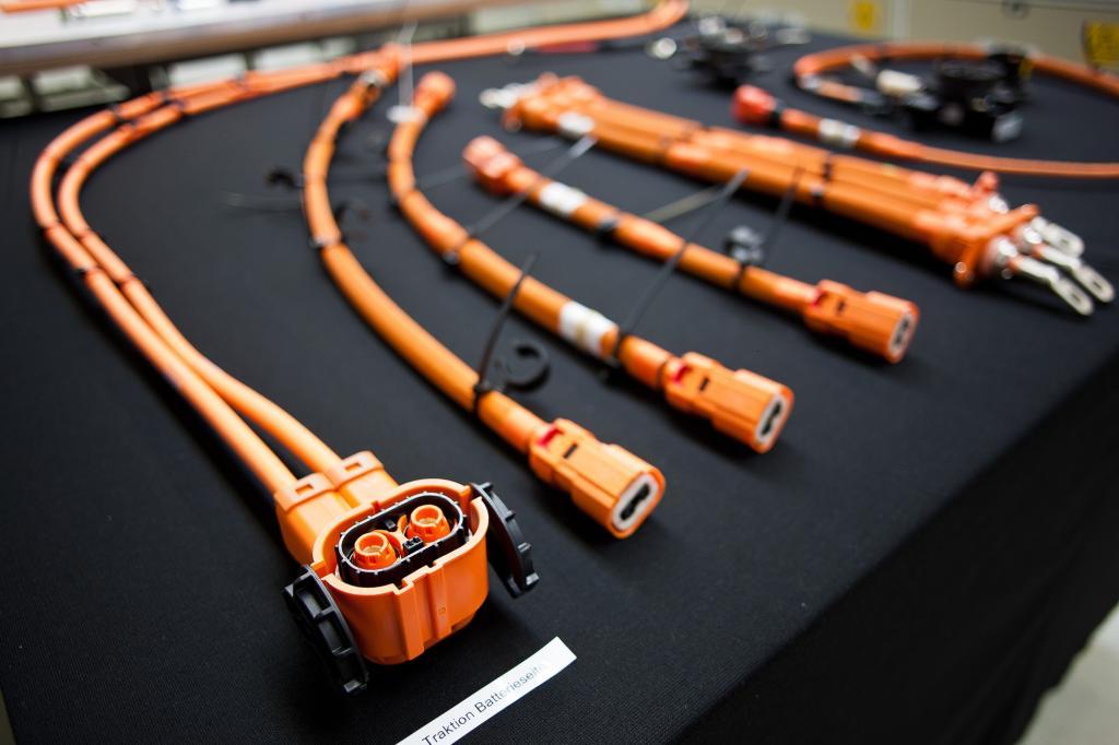 Damit es bei einem Unfall nicht zu Gefahr für Leib und Leben kommt, wird die Hochvolt-Leitung momentan in sorgfältiger Handarbeit gefertigt.