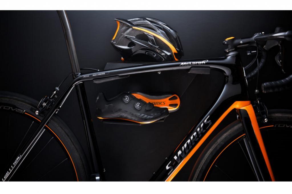 Dazu gibt es die passenden  Road-Schuhe und einen S-Works Helm, natürlich maßgeschneidert und farblich aufs Design des Fahrrads angepasst.