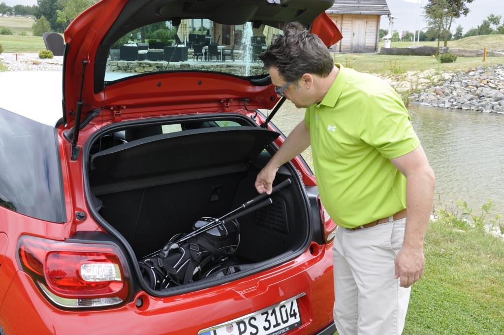 Denn dass passt nur dann in den 285 Liter großen Kofferraum, wenn die längeren Schläger sepparat gelagert werden.