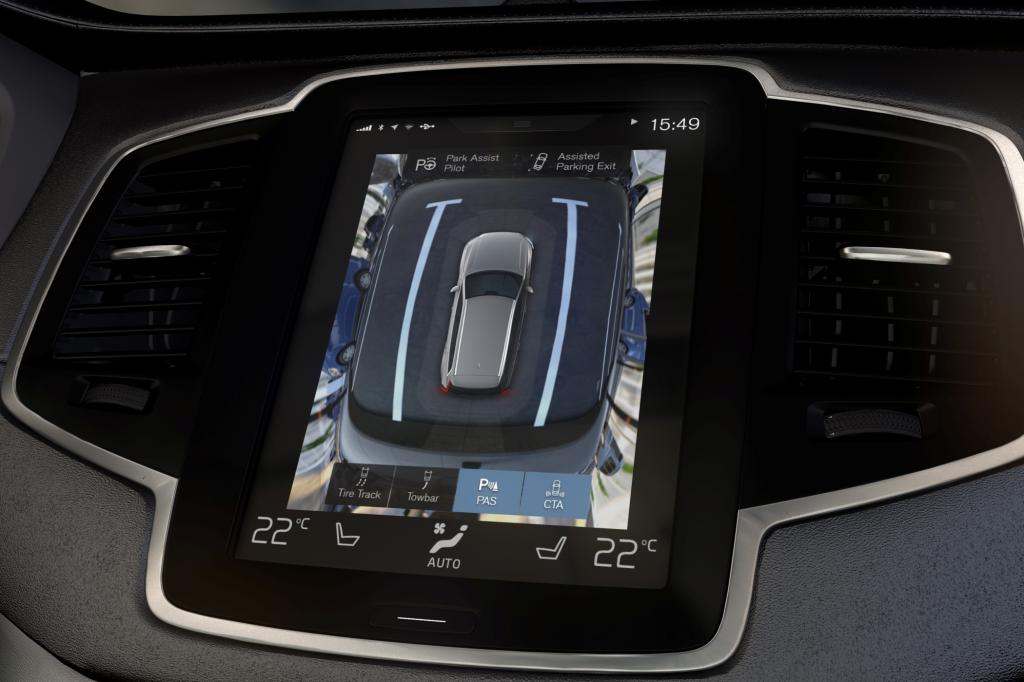 Der Einpark-Assistent kurbelt den XC90 auch rückwärts in Parkbuchten. Vier Kameras ermöglichen außerdem eine 360-Grad-Rundumsicht