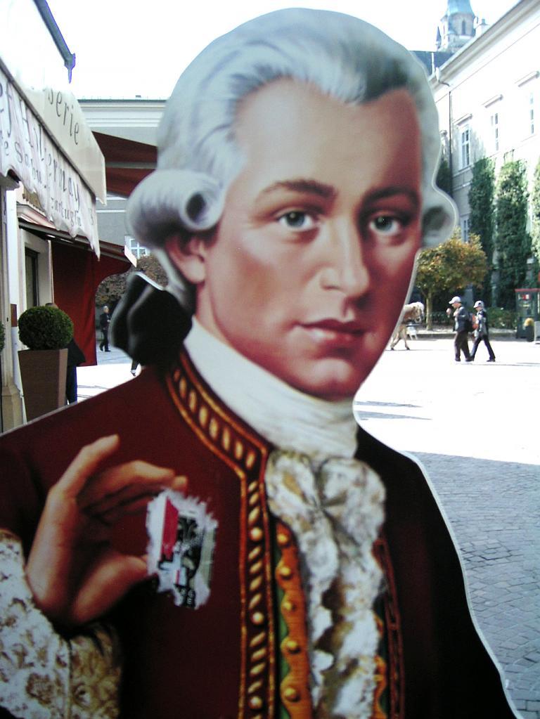Der Meister selbst: Mozart-Pappschild in der Salzburger Innenstadt.