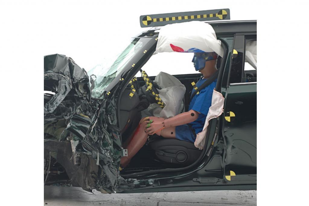 Der Sicherheitskfig des Countryman widerstand dem Aufprall gut, Sicherheitsgurte und Airbags sorgten dafr, dass fr den Insassen-Dummy nur ein geringes Risiko ernsthafter Verletzungen bestand