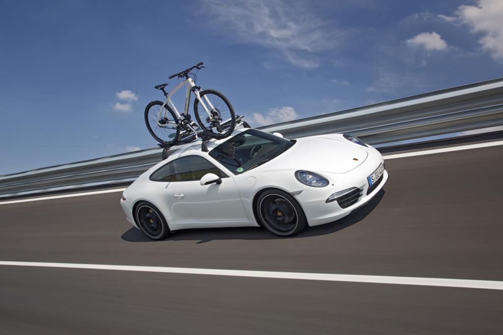 Ein Sportwagen mit Fahrradträger im Hochgeschwindigkeitsoval, das kann auch nur Porsche. Auf den Dachgepäckträger des 911 passt auch eine Dachbox