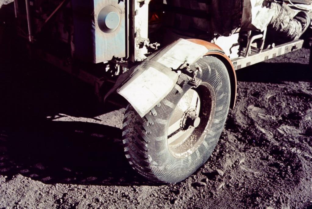 Ein Streifen Klebeband behob den bislang einzigen Unfallschaden auf dem Mond
