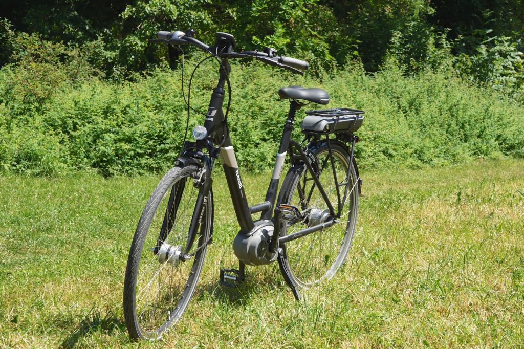 Ein Suntour-Frontnabenmotor sorgt über 93 km hinweg für elektrischen Zusatzschub übers Vorderrad, so dass man zusammen mit dem von Muskelkraft angetriebenen Hinterrad Allradantrieb genießt.