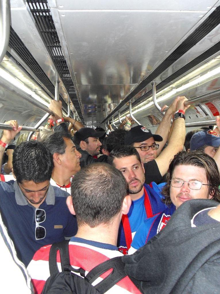 Einer geht noch: In der Bahn auf dem Weg hinaus zum Stadion von Recife.