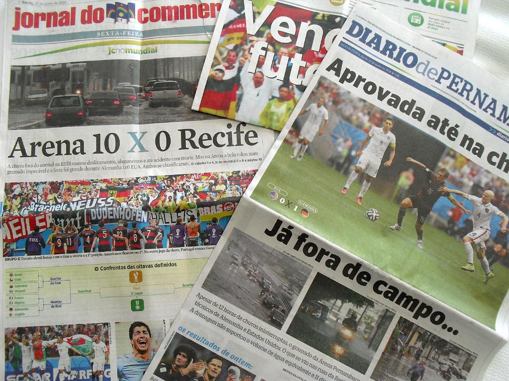 Fußball und Regen: Titelseiten brasilienischer Zeitungen am Tag danach.