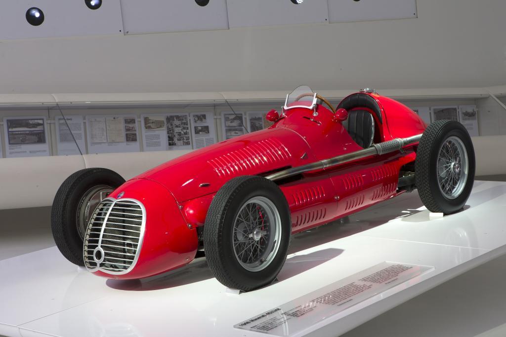 """Im Museum Enzo Ferrari in Modena läuft bis Januar 2015 eine Sonderausstellung zum Thema """"100 Jahre Maserati""""."""