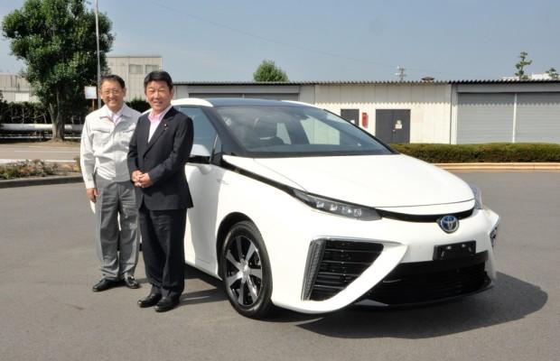 Japans Wirtschaftsminister begutachtet Toyotas Brennstoffzellenauto