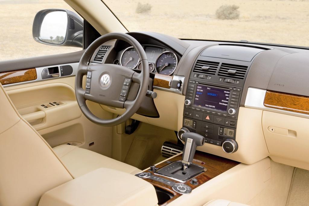 Je nach Geschmack und Portemonnaie des Erstbesitzers ist das SUV innen mit Alu oder Edelholz ausgestattet