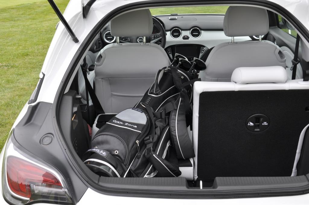 Längs passt die Golfausrüstung locker in den Adam. So ist genug Platz für drei Spieler plus Spielgerät.