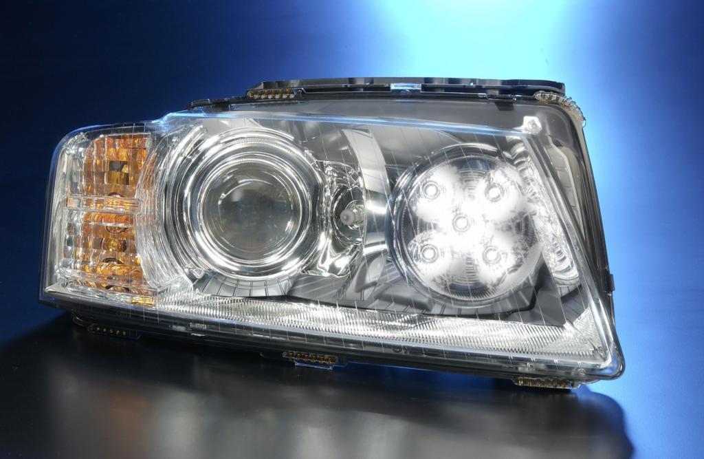 LED-Licht ist unter anderem energiesparender als Halogenscheinwerfer, hier ein Scheinwerfermodul aus dem Audi A8 mit Tagfahr-LED