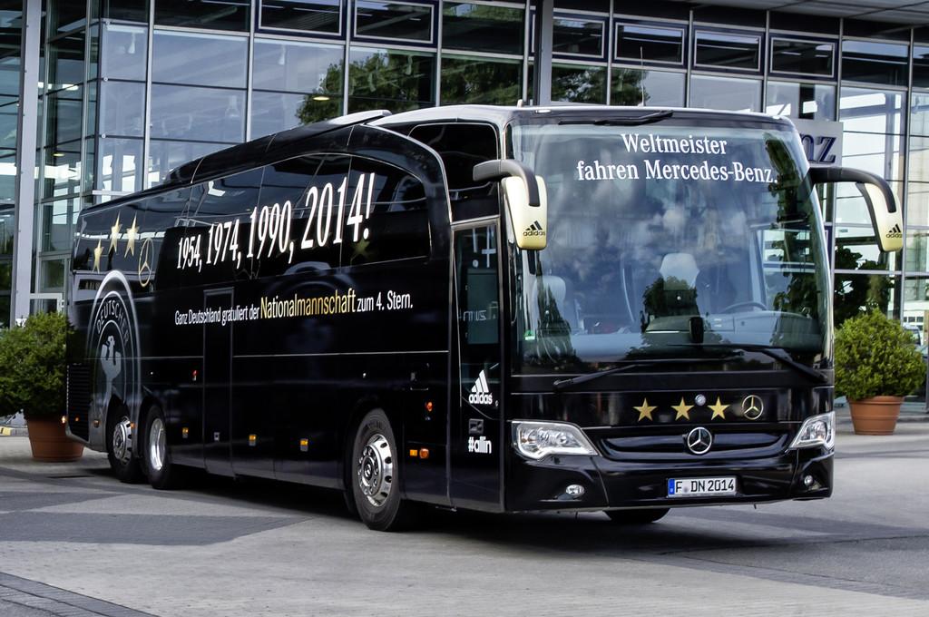Mercedes-Benz bringt den Bus der Weltmeister nach Köln