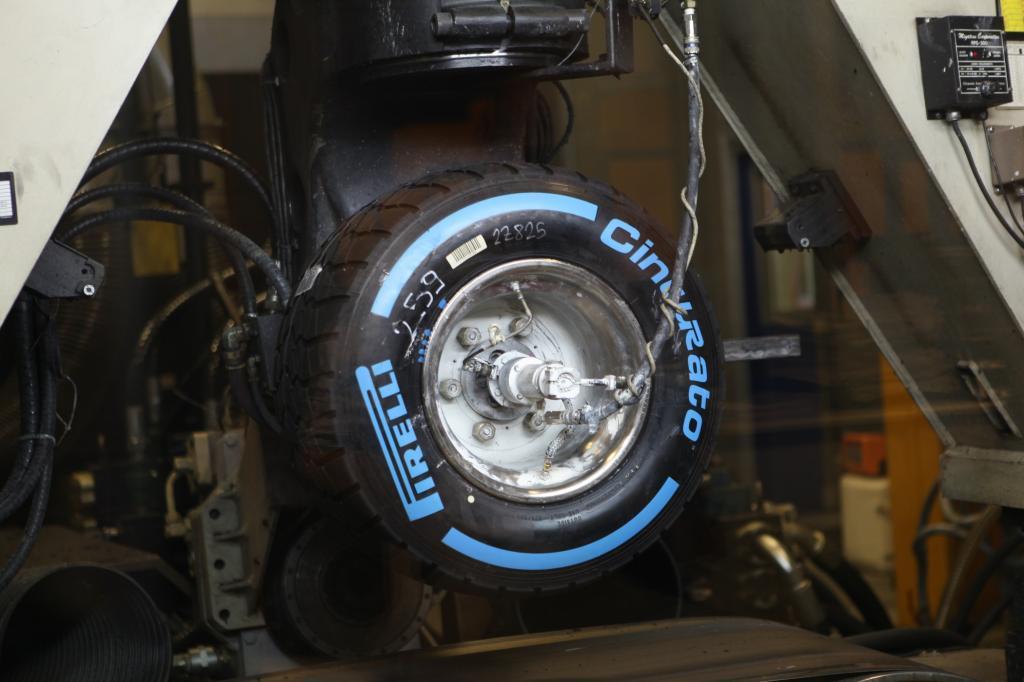 Mit blanke Pneus und ohne ESP hat ein kleiner Gasstoß schon einen Dreher um die eigene Achse zur Folge.