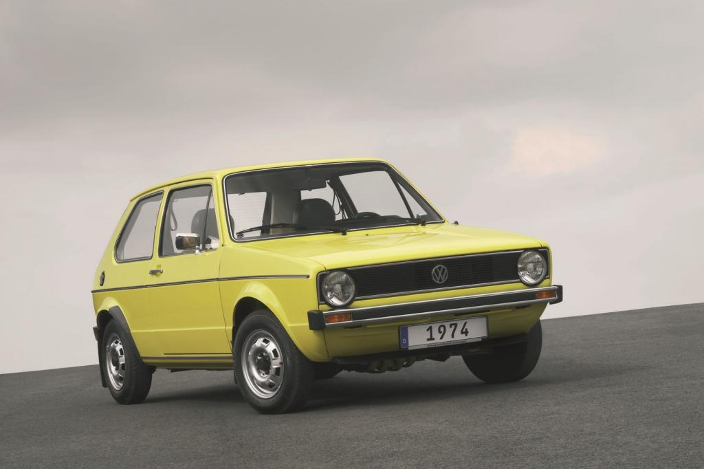 Mit der 1974 eingeführten ersten Generation des Golfs gelang es Volkswagen praktisch aus dem Stand, die Zulassungsstatistiken zu erobern und dem Kompaktklasse-Wettbewerb die Zähne zu zeigen.