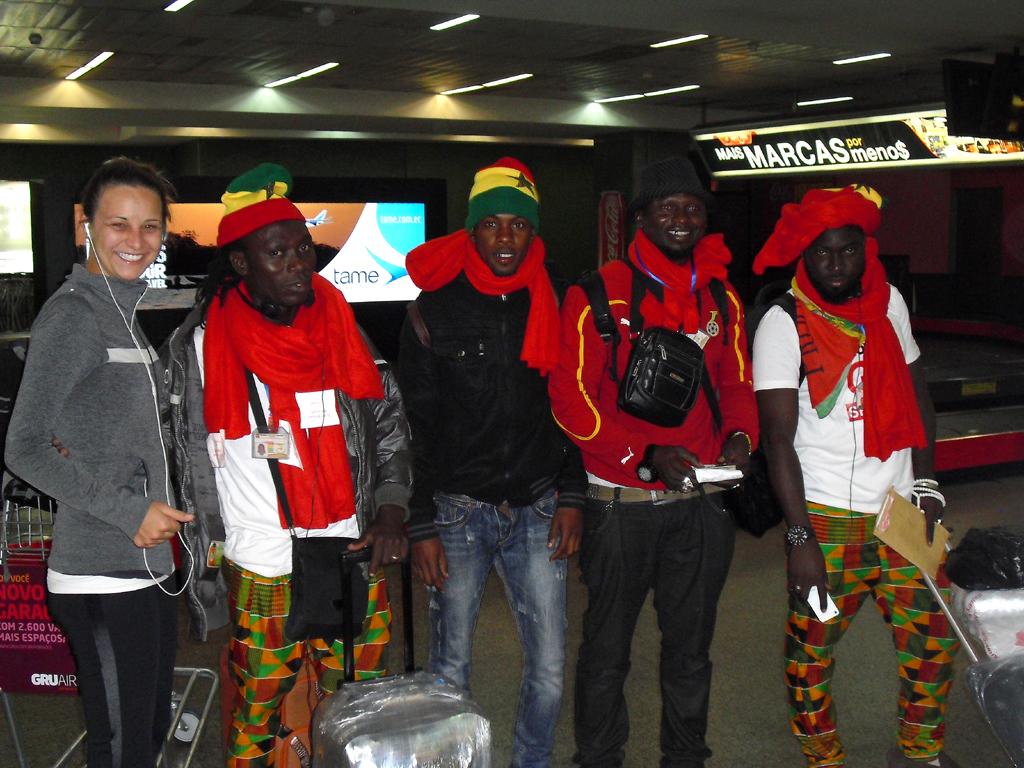 Nach der Ankunft aus Casablanca: Afrikanische Fans auf dem Flughafen Sao Paulo.