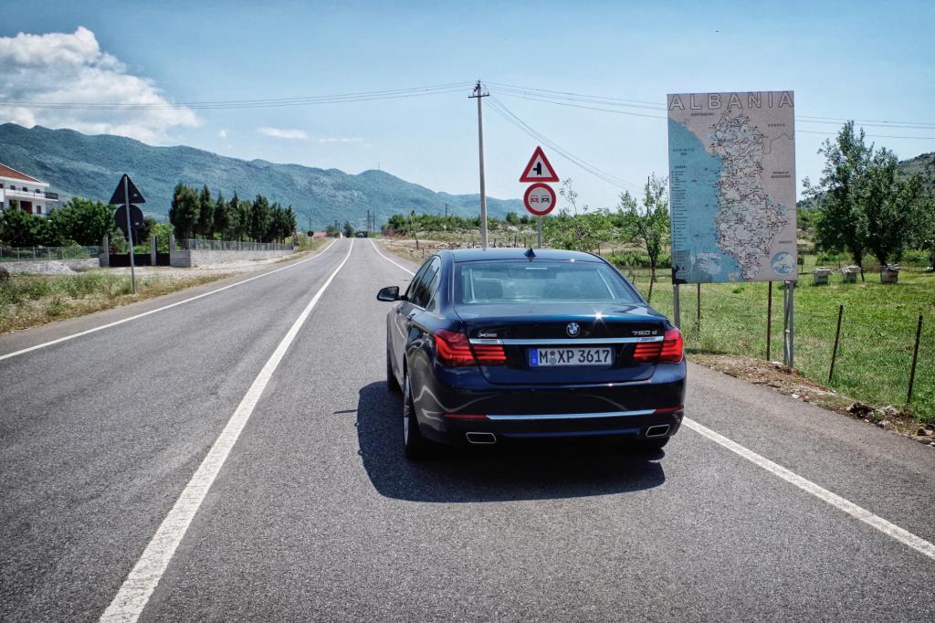 Nein, wir fallen nicht auf: Potente M-Klassen, mächtige Q7 und andere automobile Nobelware mit hiesigen Kennzeichen teilen sich mit uns ebenso die Straße wie modernste Stadtflitzer à la Smart oder Volkswagen Up.