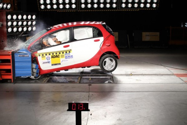 Nieten am Auto im Crash-Test