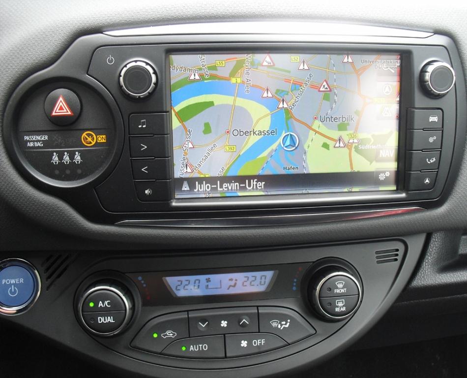Toyota Yaris: Blick auf den mittleren Armaturentrger mit Farbdisplay.