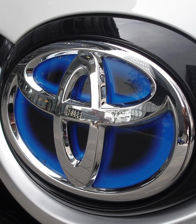 Toyota Yaris: Das Markenlogo sitzt vorn unterhalb der Motorhaube.