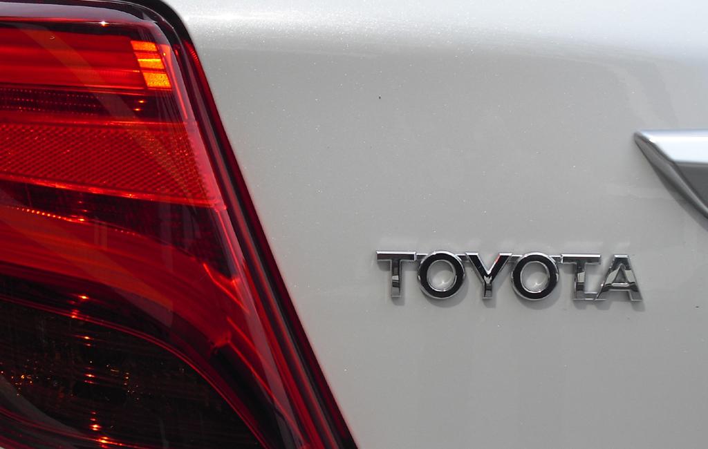 Toyota Yaris: Moderne Leuchteinheit hinten mit Markenschriftzug.