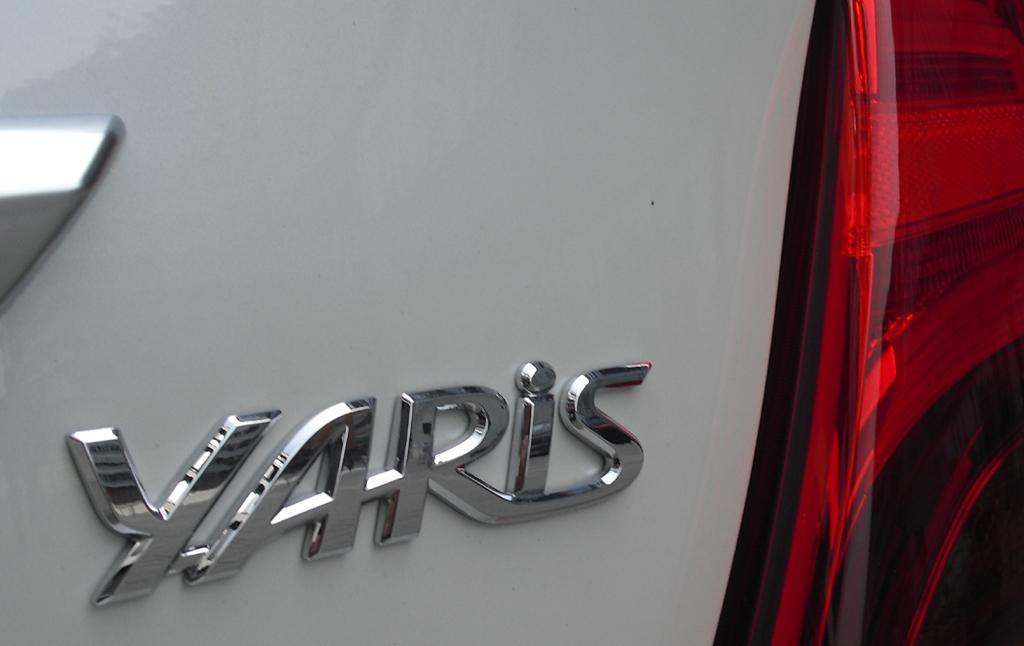 Toyota Yaris: Moderne Leuchteinheit hinten mit Modellschriftzug.