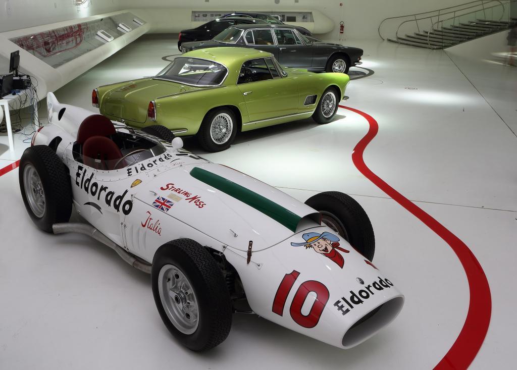 Und um zu unterstreichen, dass der für die Ausstellung zusammengetragene Fuhrpark eine Herzensangelegenheit der Verantwortlichen ist, lud man Rennfahrer-Größe Stirling Moss ein, dessen 58er Maserati 420M Teil der Show ist.