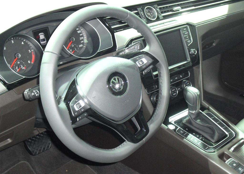 VW Passat: Blick ins übersichtlich gestaltete Cockpit.