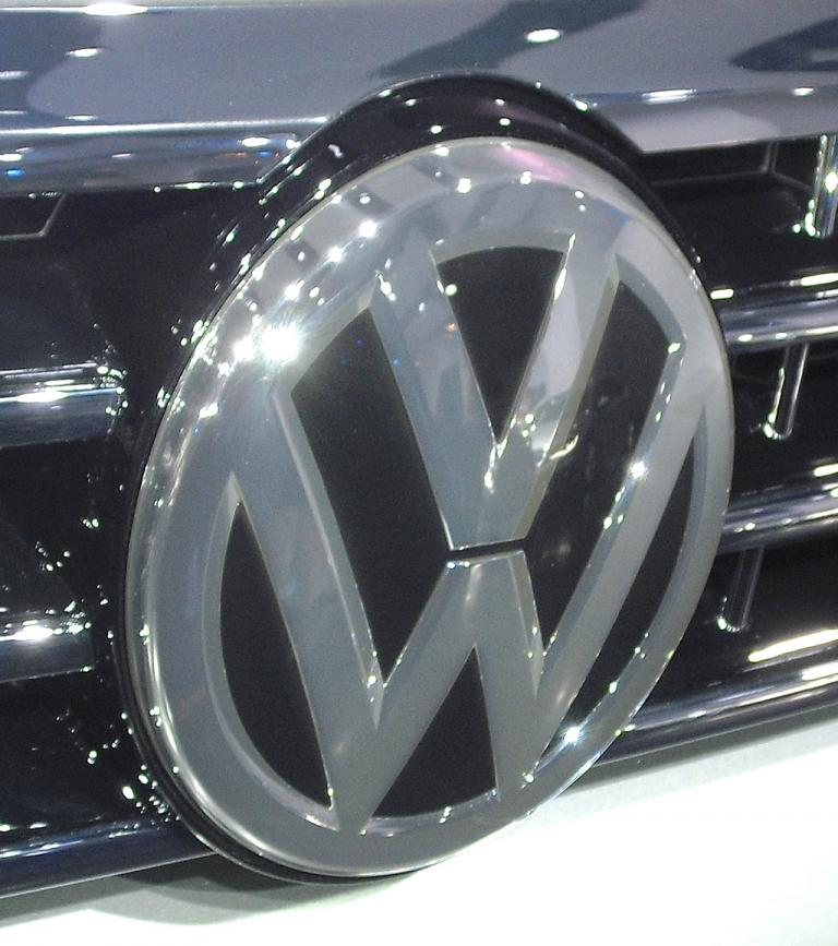 VW Passat: Das Markenlogo prangt vorn mittig und groß im Kühlergrill.