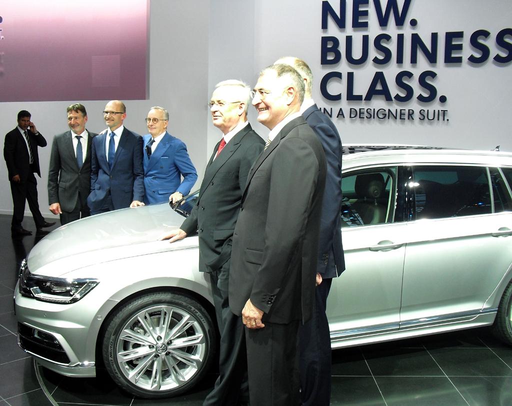 VW Passat: Seitenblick bei der Weltpremiere im Volkswagen-Designzentrum in Potsam mit Vertretern der Politik und von Volkswagen mit Konzernchef Martin Winterkorn an der Spitze.