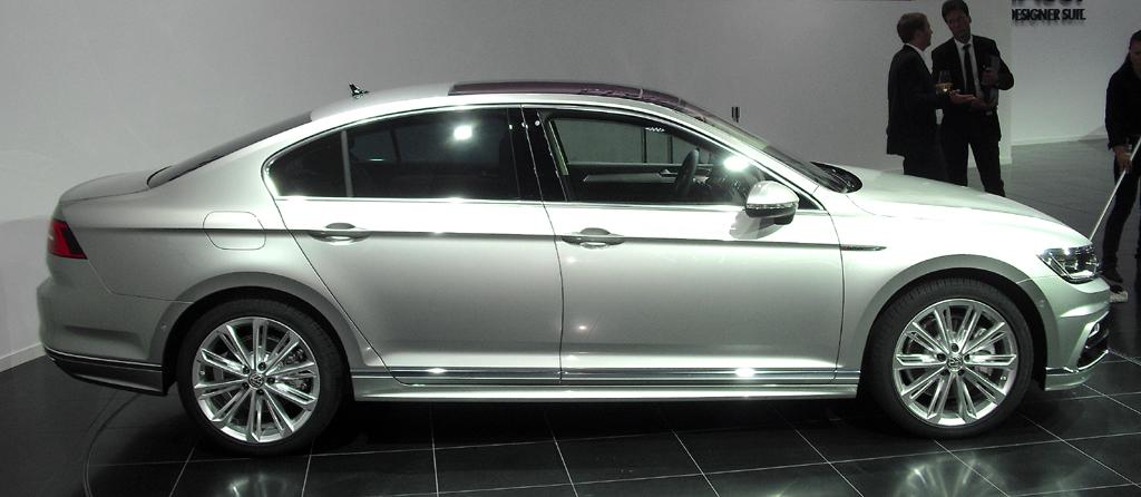VW Passat: So sieht die Limousine mit R-Line-Paket von der Seite aus ...