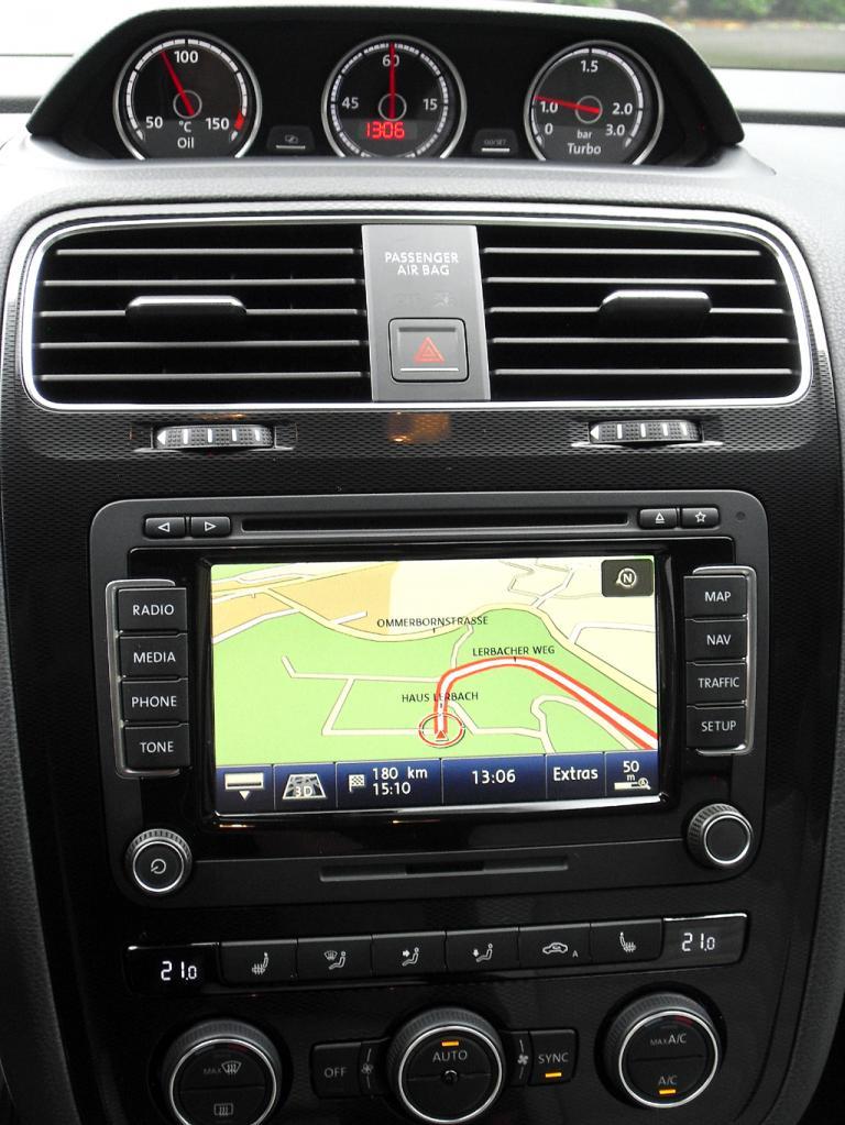 VW Scirocco: Blick auf den mittleren Armaturenträger mit zusätzlichen Anzeigen oben.