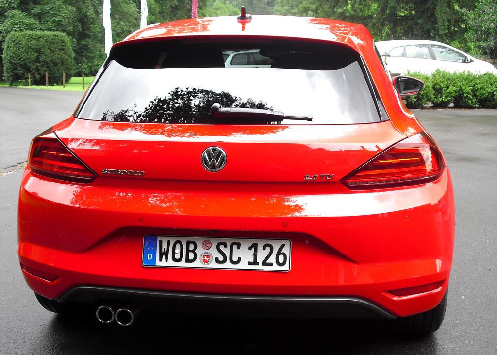 VW Scirocco: Blick auf die kantige Rückseite mit der neu gestalteten Heckklappe.