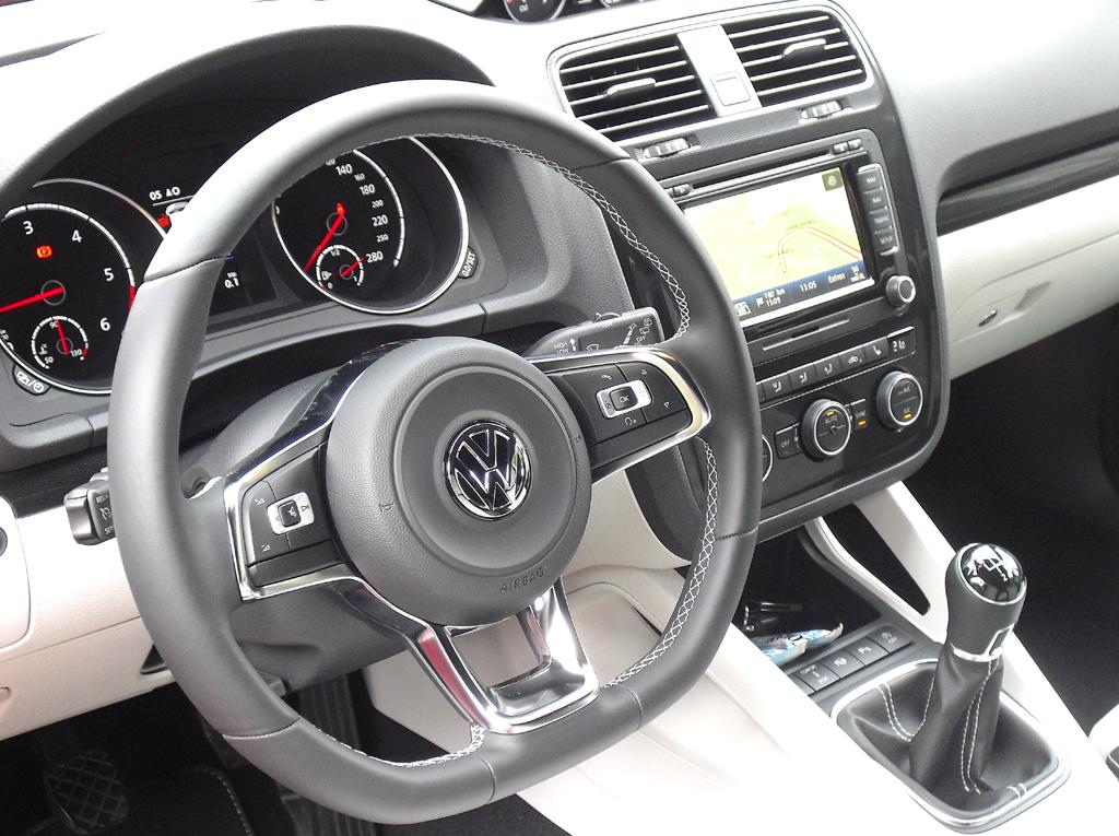 VW Scirocco: Blick ins sportlich-übersichtlich gestaltete Cockpit.