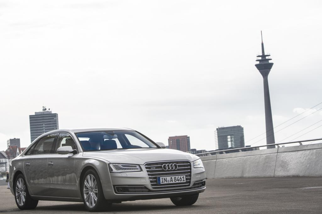 Wer sich einen Audi A8 als Dienstwagen – und nur als solcher wird hierzulande ein Auto der Oberklasse bestellt – leisten darf, muss sich sicherlich nicht mit Preisgrenzen beschäftigen
