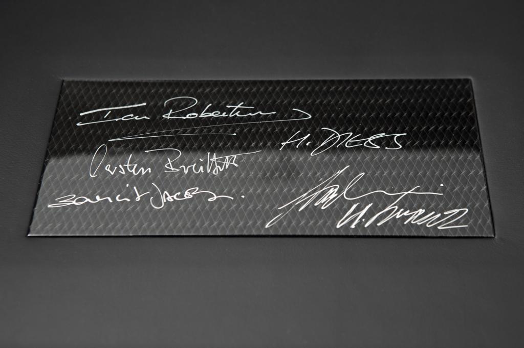 Auf der Plakette hat unter anderem das Management unterschrieben