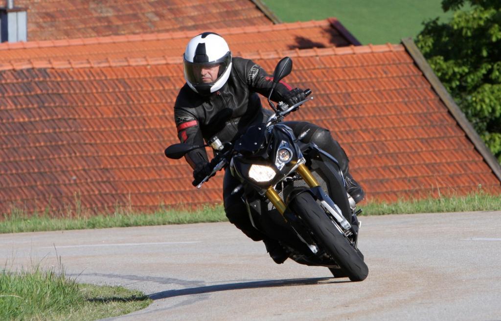 BMW hat mit der S 1000R ein extrem leichtes, leistungsstarkes und damit fahraktives Nakedbike entwickelt