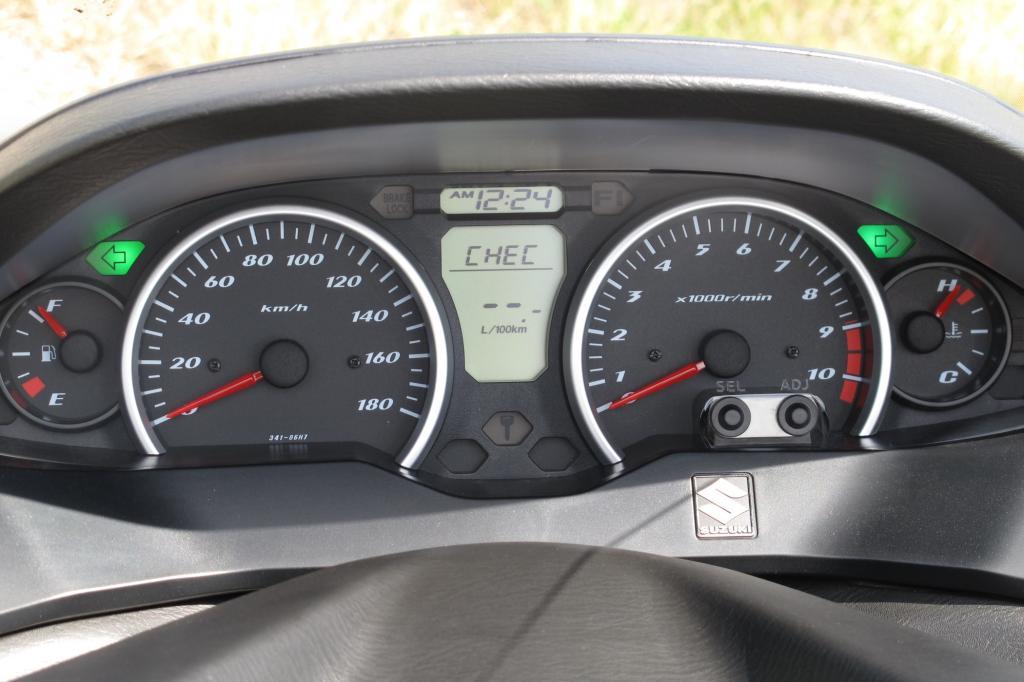 Das Windschild verursacht bei durchschnittlich großen Fahrern keinerlei Turbulenzen am Helm, der Windschutz überzeugt bis hin zur Höchstgeschwindigkeit von 140 km/h; der Tacho zeigt dabei gut 150 Sachen an.