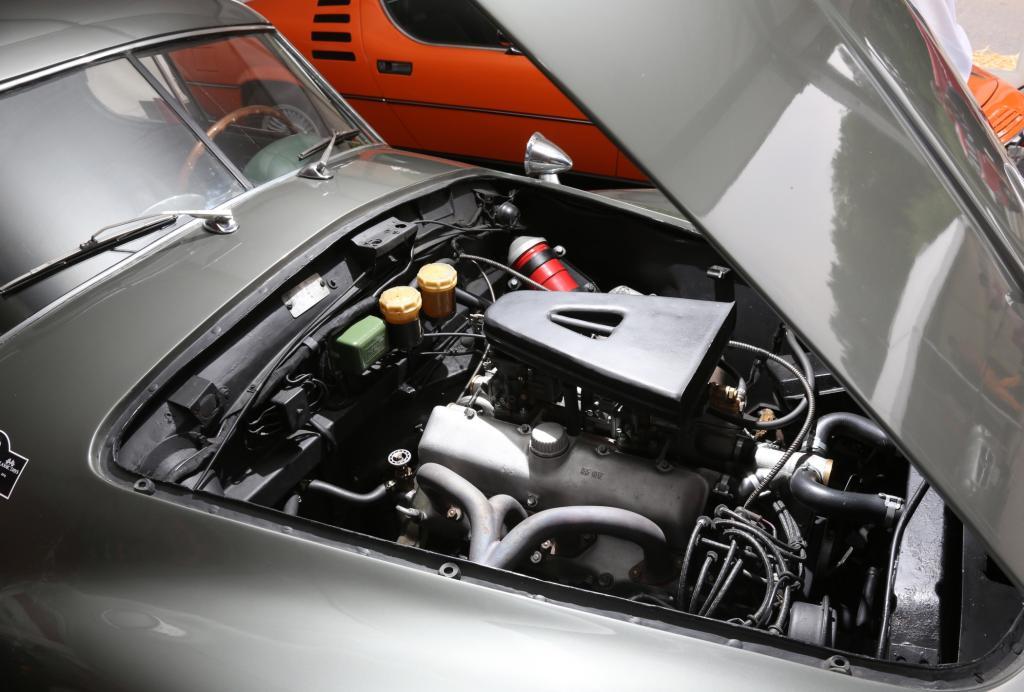 Der 2,0-Liter-V8 ist etwas hinter der Vorderachse als eine Art Frontmittelmotor platzierte