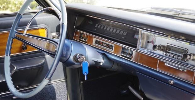 Der Admiral V8 ist mit 15.950 Mark im Jahr 1965 auch kein billiges Vergnügen – immerhin ist die, wenn auch gefühllose Servolenkung frei Haus.