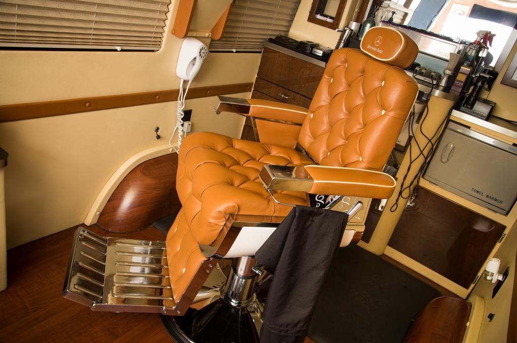 Der Stuhl für den Kunden ist ledrig-luxuriös