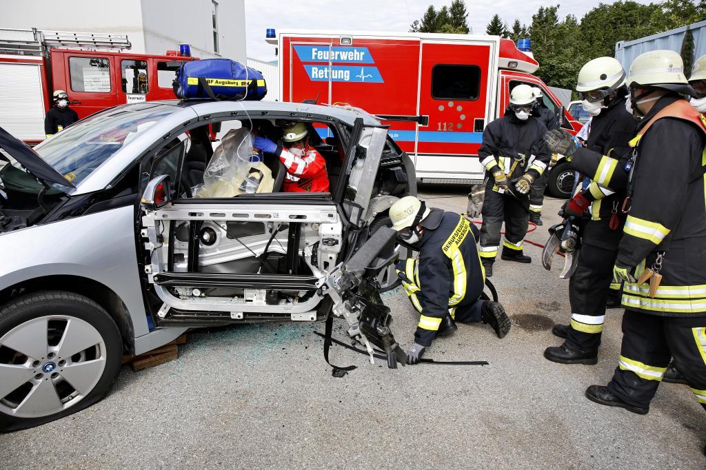 Die ADAC-Unfallforschung hat zusammen mit Feuerwehrleuten jetzt die Rettung von Personen aus dem Elektroauto BMW i3 geprobt