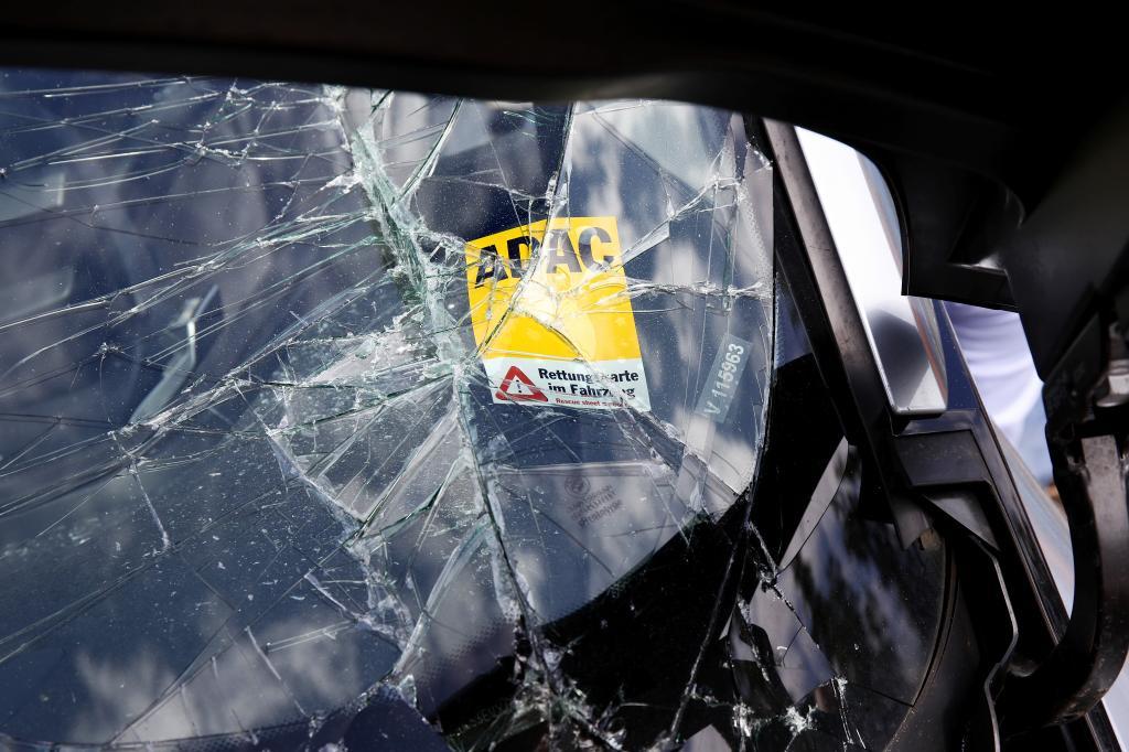 Die Rettungskarte sollte bei jedem Fahrzeug, aber insbesondere bei Elektroautos, hinter der Fahrersonnenblende hinterlegt sein