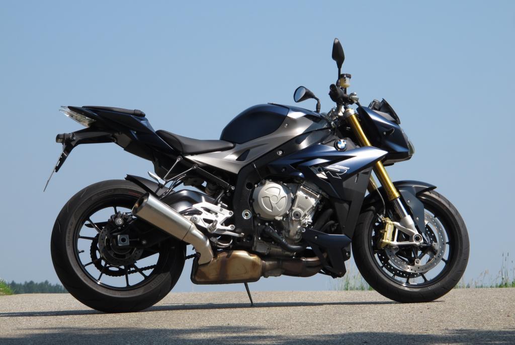 Die S 1000R ist trotz ihrer 118 kW/160 PS bei nur 207 Kilogramm Gewicht ein absolut domestiziertes Motorrad