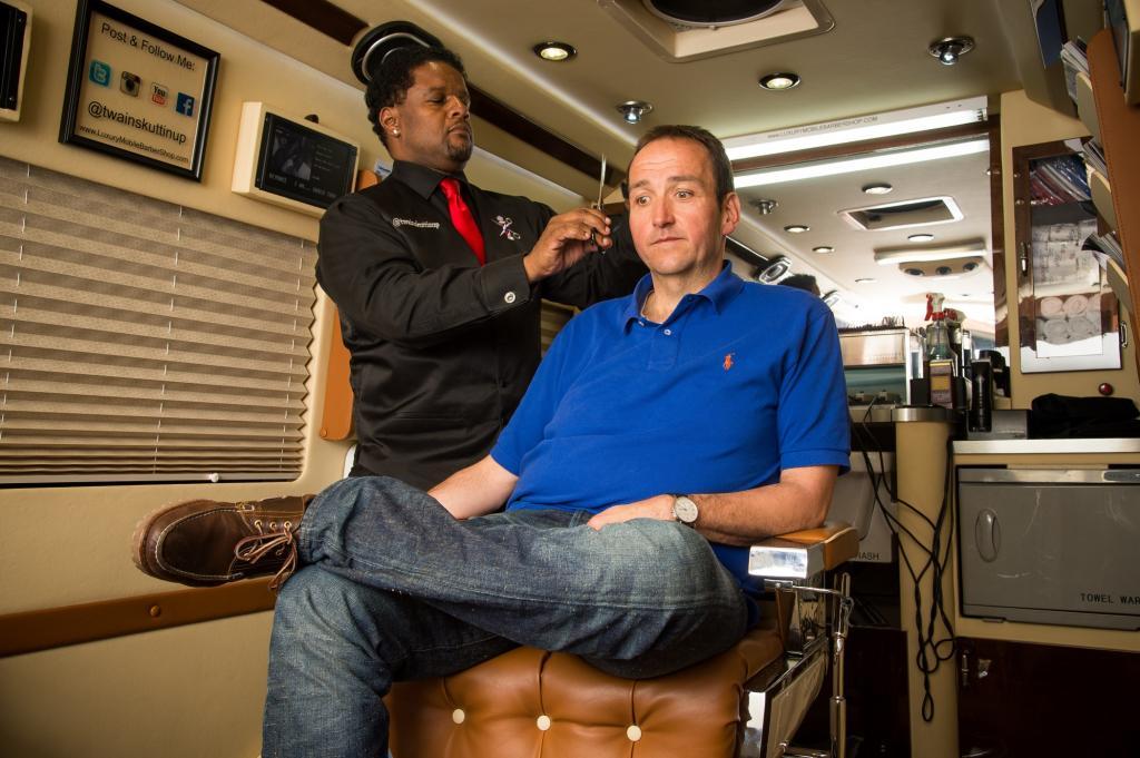 Dies ist kein normaler Friseur, denn er arbeitet in einem Auto