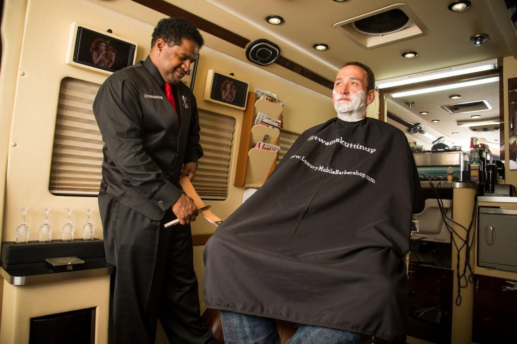 Einen zweiten Luxus-Friseur auf Rädern gibt es in ganz Kalifornien noch nicht, sagt Taylor