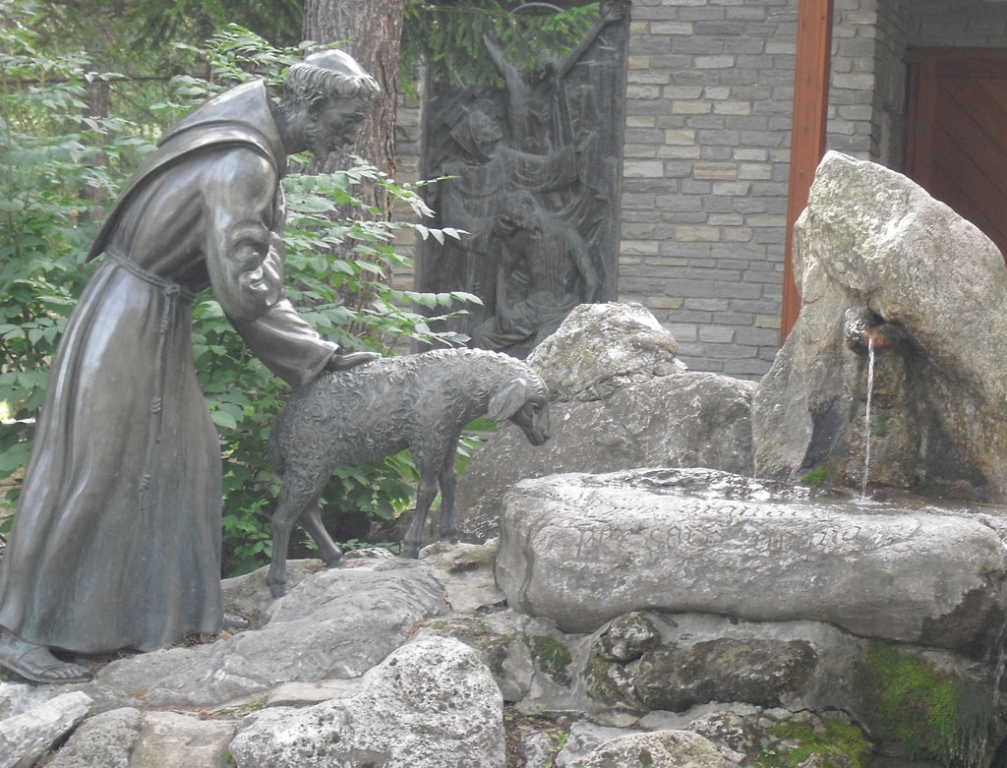 Figurengruppe vor kirchlichem Gebäude in Bardonecchia.