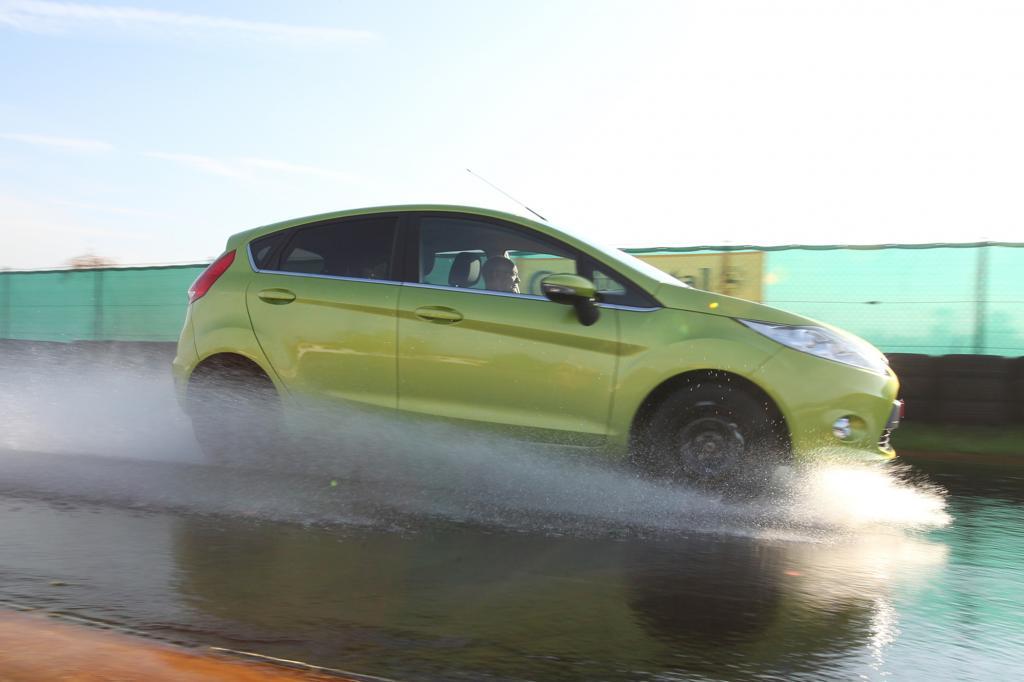 Gefährliche Sommergewitter  - Wenn das Auto Wasserski fährt